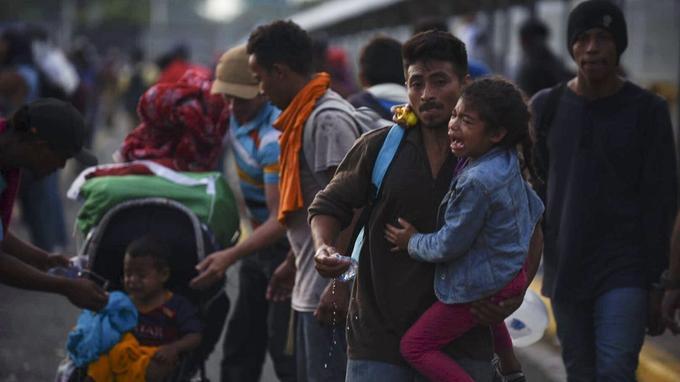 Des familles de migrants tentent de franchir la frontière entre le Guatemala et le Mexique, entre les villes de Ciudad Tecun Uman et Ciudad Hidalgo, dimanche 28 octobre.