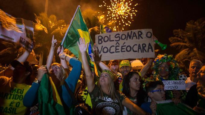 Des supporters de Jair Bolsonaro célèbrent sa victoire devant son domicile à Rio de Janeiro, dimanche soir.
