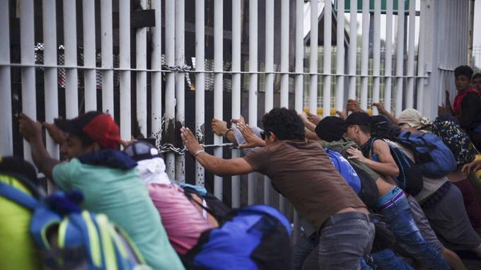 Des migrants honduriens arrivant du Guatemala tentent de forcer la frontière avec le Mexique, à Ciudad Hidalgo, après avoir forcé un premier barrage côté guatémaltèque.