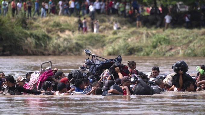 Parmi les migrants qui tentent de traverser le fleuve, des femmes, des enfants, et des personnes âgées.
