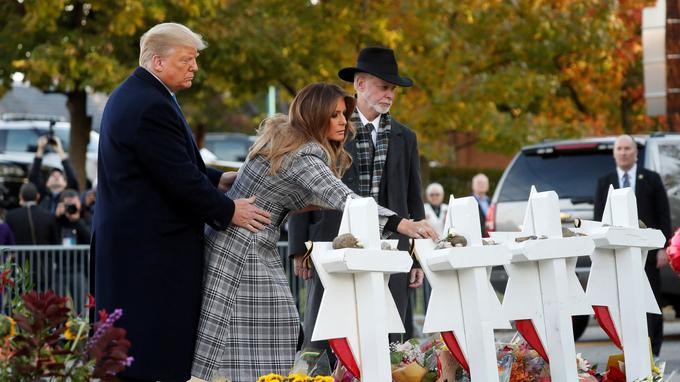 Le président et sa femme, Melania Trump, ont placé des pierres à la mémoire des victimes de la tuerie.