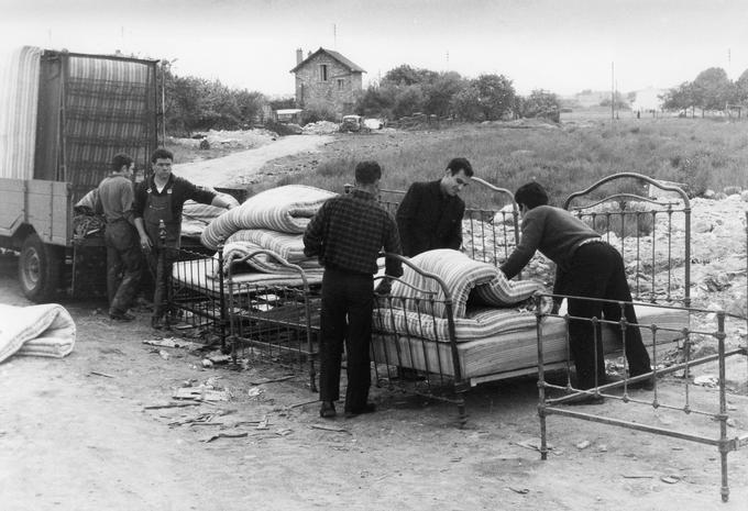 Des immigrés portugais dans un bidonville à Champigny-sur-Marne en région parisienne en 1964.