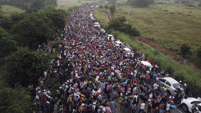 Des membres des «caravanes» de migrants patientent sur la route après que la police fédérale leur a brièvement bloqué le passage à l'extérieur de la ville d'Arriaga (Mexique).