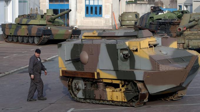 La présence d'un mécanicien donne une idée de la taille du char Schneider.