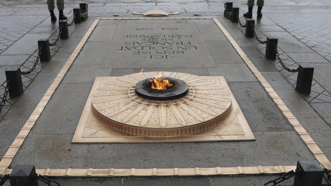 La flamme éternelle sur la tombe du Soldat inconnu.