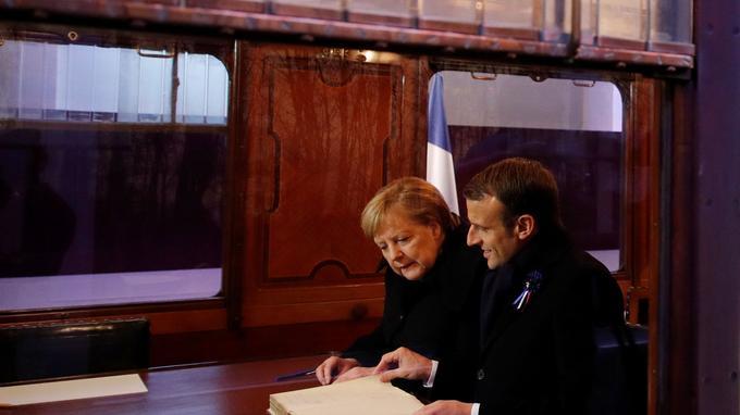 Le président de la République et la chancelière fédérale ont signé ensemble le livre d'or présent dans la reconstitution du wagon de l'Armistice.
