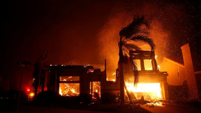 Le feu progresse rapidement près de Malibu.
