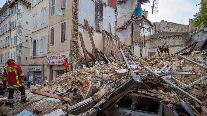 Les secours fouillant les décombres, rue d'Aubagne, à Marseille.