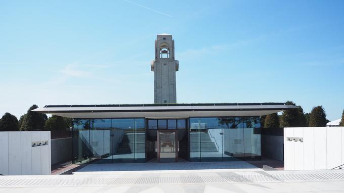 À Villers-Bretonneux, le mémorial élevé en 1938 par l'architecte britannique Edwin Lutyens, surgit dans la plaine comme une vigie au-dessus d'un champ de bataille évanoui.