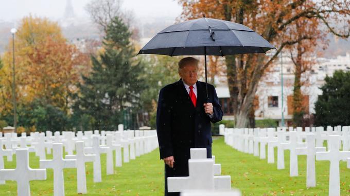 Donald Trump se recueillant devant la tombe des soldats américains, au cimetière de Suresnes (Hauts-de-Seine).