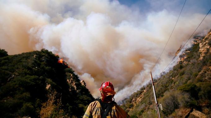 Des pompiers luttent contre «Woolsey Fire»