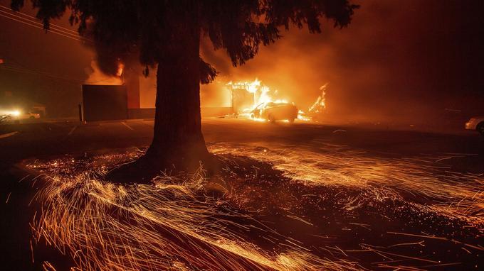 Les flammes consumment un restaurant KFC dans la ville de Paradise.