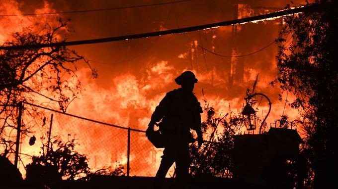 Un pompier lutte contre les flammes à Paradise.