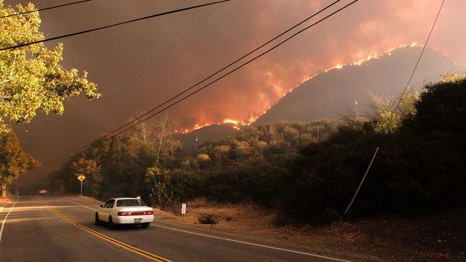 Des voitures fuient l'incendie, à Angoura Hills, vendredi 9 novembre.