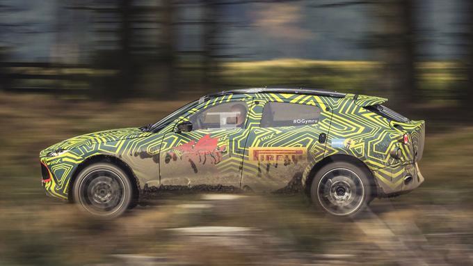 Le DBX est mis à rude épreuve par ses créateurs, en arpentant, par exemple, une spéciale de rallye nommée «Welsh Rally stage».