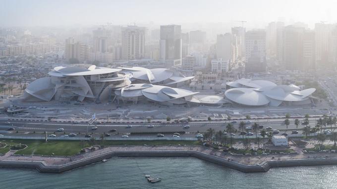 La forme de la rose de sable s'inspire de la culture qatarie, fruit de la rencontre entre la mer et le désert.