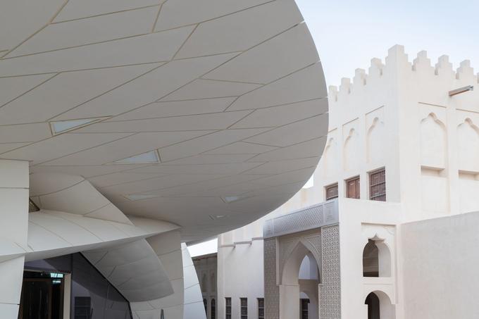 Le parcours s'organise en trois sections et onze galeries, dont la muséographie a été́ conçue par Jean Nouvel
