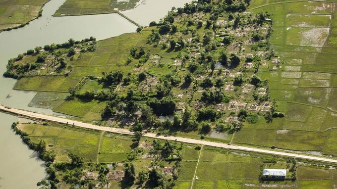 Un village de Rohingyas brûlé dans l'État de Rakhine, au Myanmar.