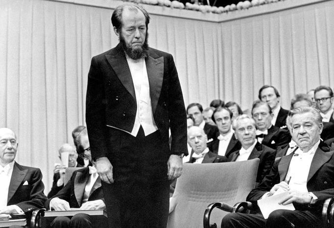 Alexandre Soljénitsyne reçoit le prix Nobel de littérature à Stockholm en Suède, le 10 décembre 1974.