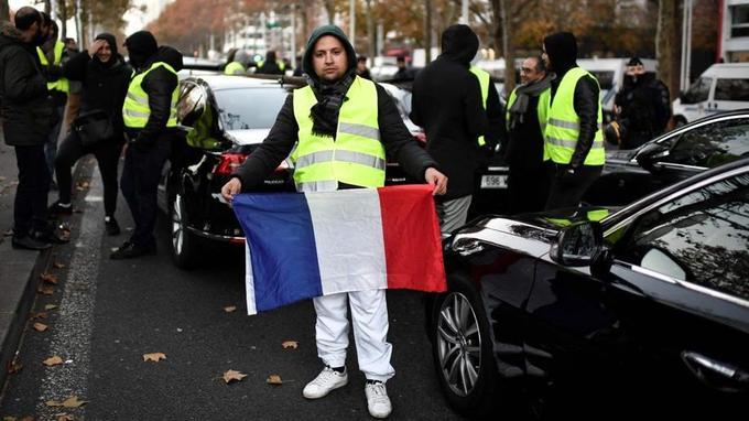 Hamid chauffeur VTC, manifeste Porte de Bercy à Paris par «solidarité».