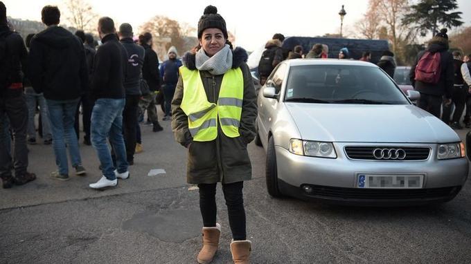 Coralie Bellot, 32 ans, réceptionniste, manifeste porte d'Auteuil à Paris.