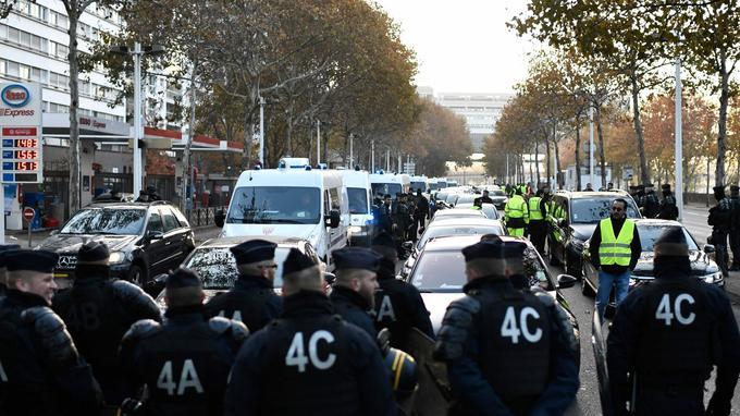 Les VTC font face aux forces de l'ordre à Bercy ce matin.