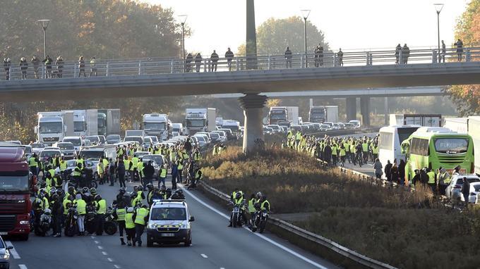 Les «gilets jaunes» ont bloqué l'A2 près de Valenciennes (Nord) ce samedi. Les forces de l'ordre sont intervenues pour déloger les manifestants.