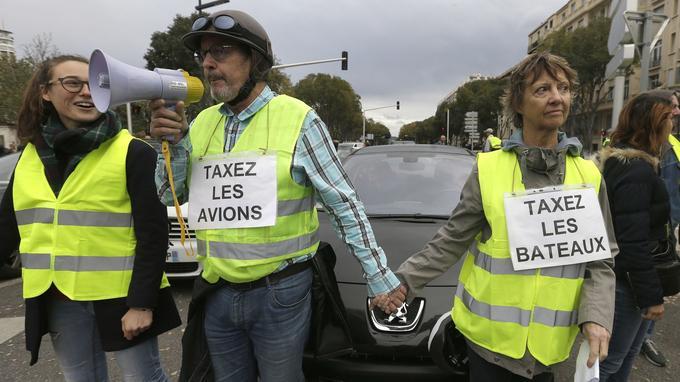 À Marseille, des manifestants ont bloqué le rond-point du Prado ce samedi, pour protester contre la hausse du prix du carburant et la baisse du pouvoir d'achat. Parmi eux, ce couple qui propose plutôt de taxer les avions et les bateaux.