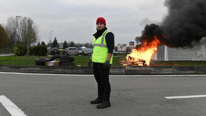 Max, 24 ans, manifeste à Dole (Jura) et estime que les mesures mises en place par le gouvernement sont «inutiles».