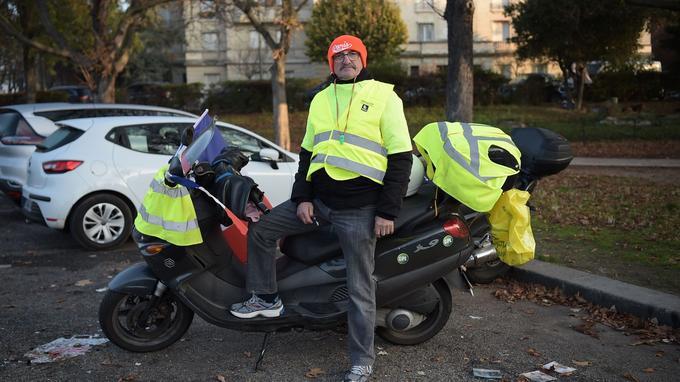Yves Duval, 70 ans, à Paris porte d'Auteuil.