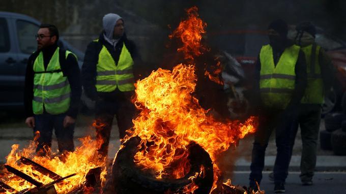 Samedi après-midi, à Nantes, des «gilets jaunes» ont fait brûler des pneux et des palettes aux abords du centre commercial Atlantis. Les pompiers sont rapidement intervenus.