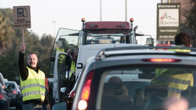 «L'État nous pompe! Stop!» Cet homme fait partie des «gilets jaunes» qui bloquaient l'entrée dans Bayonne (Pyrénées-Atlantiques) ce samedi.