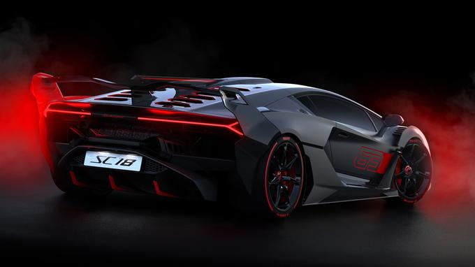 L'arrière évoque la fusion entre deux autres modèles «one-off»: la Centenario et la Veneno.