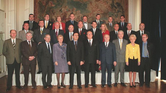 Jean-Marie Le Pen entouré de son pré-gouvernement, le 2 mars 1998 à l'Hôtel Crillon, à Paris.