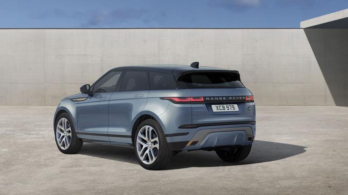 Esthétiquement, l'Evoque se rapproche du Range Rover Velar, surtout au niveau des optiques avant et arrière.