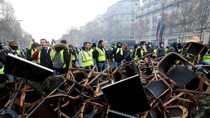Les manifestants ont créé une barricade à l'aide des tables et des chaises de plusieurs cafés et avec les barrières d'un chantier.