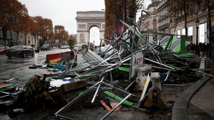 Dimanche matin sur l'avenue des Champs-Elysées.