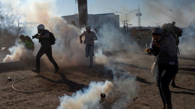 La police aux frontières américaine a utilisé des gaz lacrymogènes pour disperser les migrants qui tentaient de franchir la frontière.