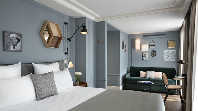 Camaïeu de gris pour cette chambre bien équipée