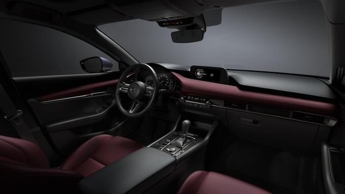Il faut noter que le cuir rouge est réservé à la version compacte équipée du moteur Skyactiv-X.