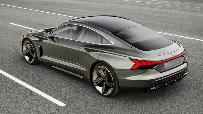 L'e-tron GT évoque une Audi A7 Sportback électrifiée, parée de badges lumineux «e-tron».