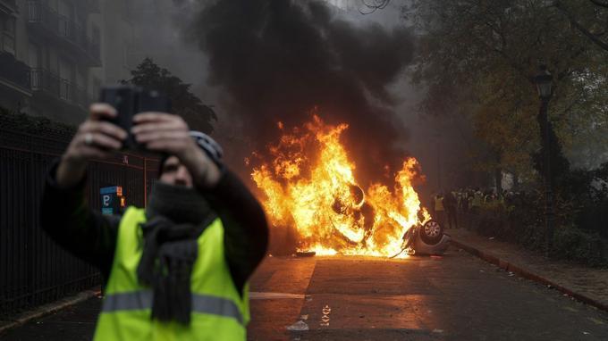 Plusieurs «gilets jaunes» se sont pris en selfie devant les voitures brûlées. Souvent dispersés dans les rues autour de l'Arc de triomphe, les manifestants ont rapidement investi le XVIe et le VIIIe arrondissement de Paris. <br/>