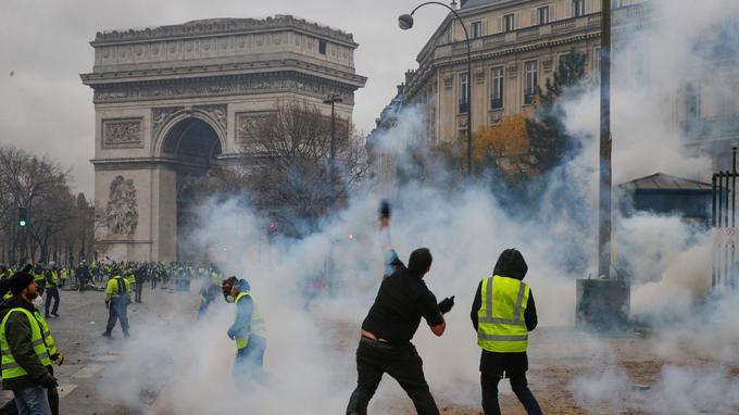 C'est autour de l'Arc de triomphe et dans les rues adjacentes que la manifestation a commencé à dégénérer. Certains manifestants sont montés sur l'Arc de triomphe, qui a également été tagué: «Les gilets jaunes triompheront» peut-on notamment y lire. <br/>