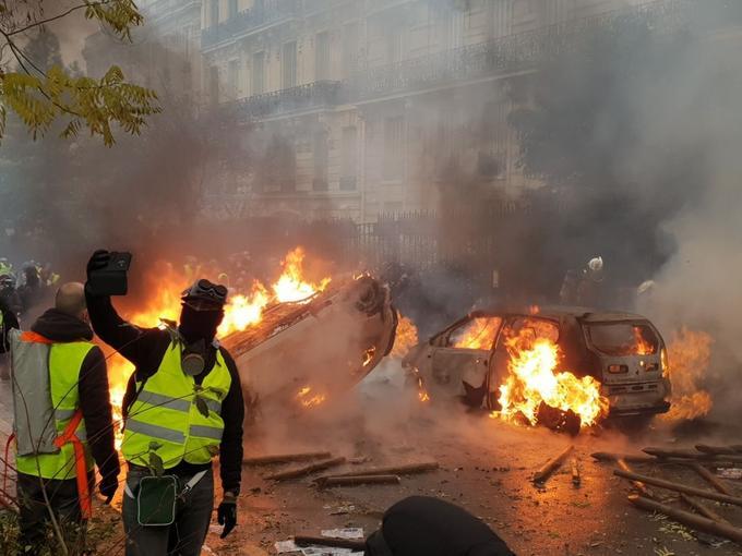 Incendie de trois voitures, avenue de la Grande Armée.