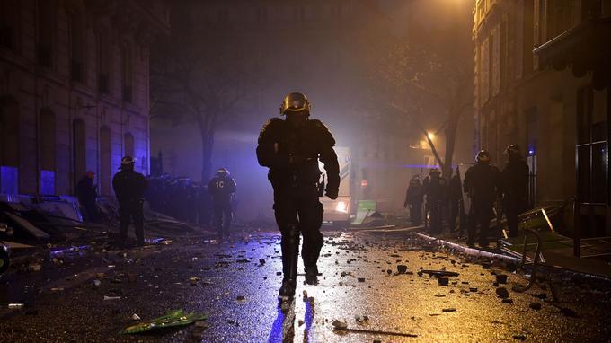 À 18h, la préfecture annonçait 92 blessés, dont 14 parmi les forces de l'ordre, à Paris. «C'est l'anarchie, on n'est pas assez nombreux», s'exclamait un policier rencontré par notre journaliste Stephan Kovacs. <br/>