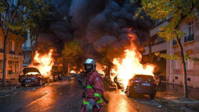 Voitures brûlées, radars et feux rouges arrachés, chantiers pillés pour  élever des barricades. f02266a93f4