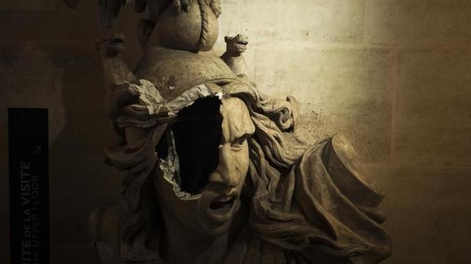 Une partie de La Marseillaise de François Rude saccagée à l'intérieur de l'Arc de triomphe.