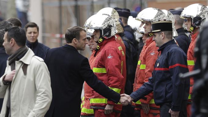 Emmanuel Macron serre la main d'un pompier, le 2 décembre 2018 à Paris.
