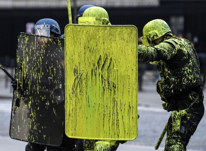 De la peinture jaune a été jetée sur les CRS samedi dans la matinée.