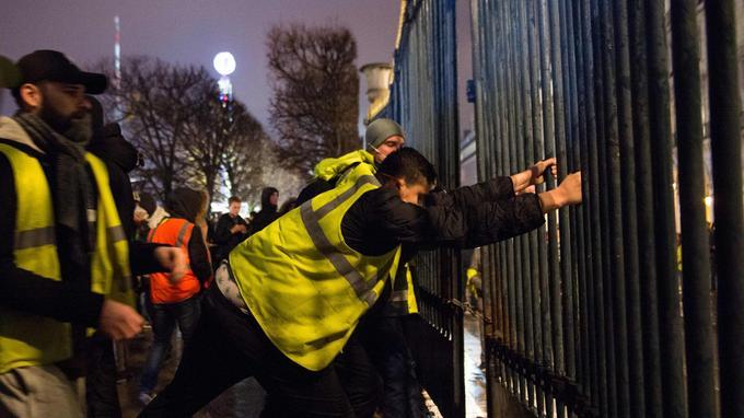 Les «gilets jaunes» ont descellé une grille du jardin des Tuileries samedi. Elle s'est effondrée sur un manifestant, tombé dans le coma.